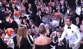 Ryan Reynolds e Andrew Garfield: bacio di consolazione per la sconfitta